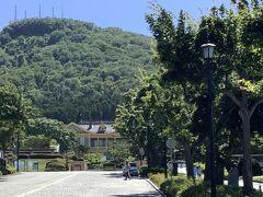 クレープを食べながら暑さから気をそらして歩く。 正面に水色の旧函館区公会堂が見えた。