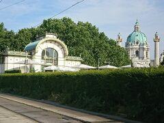 ウィーン市内の地下鉄の主要駅のひとつで、建築家オットー・ワーグナーの設計により、1899 年に完成した歴史ある駅舎。華やかな装飾がステキな駅舎です。