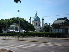 カールスプラッツ駅の近くにある、カールス教会。 建物の彫刻やドーム型が美しい教会ですね。