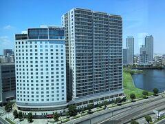 横浜・みなとみらい『ザ・カハラ・ホテル&リゾート横浜』からの 眺望(北側)の写真。  2017年にオープンした際に宿泊した『ホテルビスタプレミオ横浜 [みなとみらい]』(写真左)が見えます。
