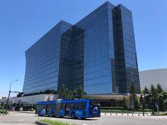 横浜・みなとみらい『THE KAHALA HOTEL & RESORT YOKOHAMA』  2020年9月23日に開業した『ザ・カハラ・ホテル&リゾート横浜』の 外観の写真。  もう何度も載せているので色々と省略します。  横浜市営バス「BAYSIDE BLUE(ベイサイド ブルー)」とともに パチリ ( -_[◎]o  https://thekahala.jp/yokohama/