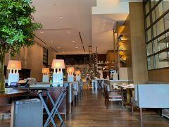 朝食は1階のグランドキッチンで ルームサービスの朝食もありますが、前日までの注文が必要  室内はガラガラでした。