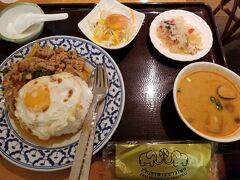 銀座インズの地下でタイランチ。 ガパオライス+目玉焼き乗せ+スープをトムヤムに変更@1,150円 ガパオは鶏か豚選べて鶏にしました。
