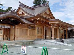 奥へ回ると、拝殿が見事に美しい姿を取り戻していました。 白木の香りも漂う荘厳なお宮。肥後一の宮の威厳は損なわれてはいません。  現在、楼門も他の社殿も工事が着々と進行中とか。嬉しいですね。  この工事を請け負った清水建設が宮大工の棟梁に指名したのは、まだとてもお若い方だとか。日本の伝統文化にもちゃんと後継者が育っているのですね。