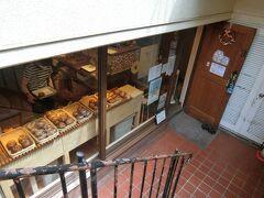 最後のパン屋さん。大人気のベーグル専門店。 行列ができていることもあるようです。 地下にあります。