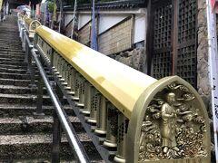 厳島神社からゆっくり歩いて15分ほどの【大聖院】 あの空海さんが1200年も前に開いたという真言宗のお寺です。  こ、これはマニ車では?! 懐かしい!アジア各地でよく見かけて「にわか」で回してましたが今回は感染症拡大予防のため心の中で回します。  ご存知の方も多いと思いますが、マニ車とはチベット仏教の仏具で、1回転回すごとにお経を1回唱えるのと同じ功徳を得られる優れもの。