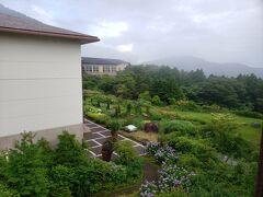 山道を抜けて、ホテルグリーンプラザに到着! いちばんリーズナブルな客室からの風景。 梅雨明け間近で、大雨と晴れを繰り返す変な天気でした。