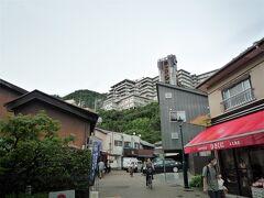 滝道をぶらぶら歩いての帰り道~、  いつものビューポイント、久國久滝堂の前から観光ホテルを仰ぐ。