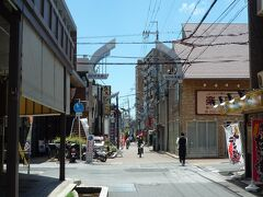 駅前から南へ延びる「みのお本通商店街」、  午前7時から午後7時までは歩行者専用通りになります。  *詳細は過去のクチコミでお願いします