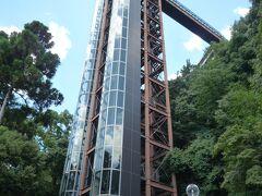 展望エレベーターが天空に向けて発車されるようです~、  猛暑日でもエレベーターの中はエアコンが効いて涼しく上がれます。
