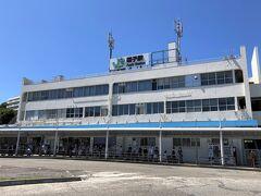 神奈川県逗子市 JR「逗子」駅東口のロータリーの写真。  横須賀線、湘南新宿ラインで逗子までやってまいりました。  今から京急バスで「リビエラ逗子マリーナ」へ向かいます。