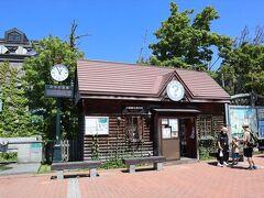 腹ごなしに小樽運河を散策します。 運河の起点にある観光案内所。 温度計が30.5度を指していました。