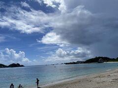 まだ、船までは時間があるので、再び阿波連ビーチに戻ってきた。 まだ、雨雲は見られるが、幸い大雨にはならず。