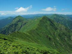 鞍部から見る万太郎山、仙ノ倉山に続く稜線(縦走路)が素晴らしい。これを見ると歩いてみたくなりますが、ある方のブログによれば登り返しが相当きついらしい。
