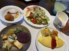 おはようございます!2日目の朝です。 朝からお待ちかねの朝食。 右上から時計回りで サラダ、ポテトスープ、オムレツ(キッシュ、ソーセージ等)、和食(芋餅?、卵焼き、豆腐チャンプルー)、パンケーキとサーターアンダギー。 他にも人気のソーキそばとパン類も少し食べました^^笑 No1は、サーターアンダギー(サクサク!!)とオムレツ(目の前で作ってくださって、かつ小ぶり)ですね♪ 人気のソーキそばは豚骨なイメージでしたが和風な出汁で胃にしみるお味でした☆彡  今からハンバーガー食べるのにこんな食べて大丈夫か~><笑