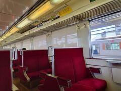 ここから日光へ向かう急行電車はボックスシートが並ぶ6050系。2ドアで落ち着いた雰囲気も相まり、旅気分がアップしますね!