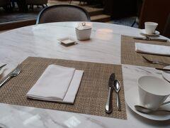朝食は26階にある「イタリアングリル メロディア」で。  テーブルに案内されました。 セミビュッフェスタイルのようです。