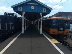 新金谷駅で乗ってきた右の列車から左の列車に乗り換えます。