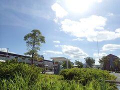 新緑の茂る駅。気温35度超える予報です。