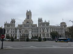 シベーレス広場に面した豪華な建物が目につく。 検索すると元宮殿のレストラン。  レストラン シベーレス宮殿 Restaurante Palacio de Cibeles