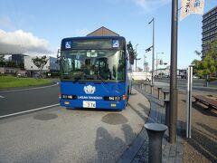 青いバスがシャトルバスです。 蒲郡駅に到着。