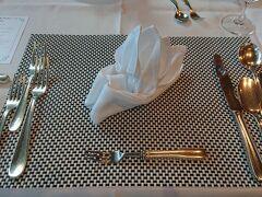 部屋で休憩後、夕食へ。 夕食はフレンチのペルゴーラを予約。 最近はあまり見ませんが、ナプキンをこう畳むところも少なくなりましたね。