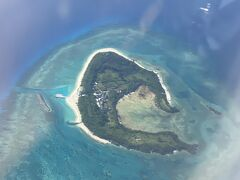 ウトウトしてたらあっという間に沖縄 今日は天気もいいので水納島(クロワッサン)がよく見える