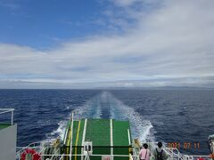 もうすぐ利尻島に到着します 稚内を07:15に出発し利尻島の鴛泊港に08:55に到着します。
