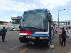 利尻島に到着し、前もって予約しておいた定期観光バスAコースに搭乗します。9時5分発で再び観光後この港に12時15分に帰ってきます。  このバスに乗った人は17名でした。混雑も無くソーシャルディスタンスをしながらの観光となります。