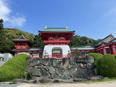赤間神宮に到着。  初めてこの楼門を見た時は、まるで竜宮城の様だと思った。 三太郎の乙ちゃんはここでロケはできないだろうな。神宮だからな。