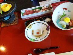 続いて、昼食。 ミニ会席と温泉のセットで3300円でした! 安ーい!!  スタッフのかたがベビーチェアを持ってきてくださって、こちらも快適でした!