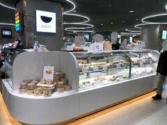 東京・渋谷『渋谷マークシティ』しぶちかB1F 「渋谷 東急フードショー」のデリゾーンにオープンした 【DELI by plein(デリバイ プラン)】の写真。  表参道と麻布十番にある人気のフレンチビストロ〈Bistro plein〉を 中心としたPLEINグループ初の物販店。クリスピーな食感と たっぷりの飴色玉葱の甘さが詰まった幸せのキッシュをはじめ、 渋谷 東急フードショー限定の溢れるミートパイ、 自宅で簡単料理できるシャルキュトリなど、フレンチの味を 気軽に楽しめるデリカッセンを用意しています。