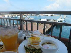 朝食はテラス席で潮風に吹かれ、海を見ながら頂きます。 種類も豊富でデザートにアイスクリームもあって満足しました。