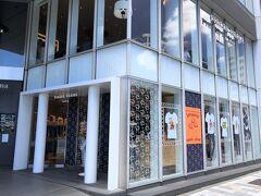 東京・青山【PIERRE HERME PARIS Aoyama】  【ピエール・エルメ・パリ】青山店の写真。  何度も載せています。リニューアルして感じが変わりました。  青山通り沿いに位置するピエール・エルメ・パリの日本旗艦店。 店内には、マカロン、ショコラ、ケーキに加え、エルメ自身が セレクトしたフランスワインなど、豊富なラインナップを 揃えています。   店内のサウンドディレクションは山口一郎さんが率いる NFがプロデュース。定期的にコンセプトを変えた選曲で 空間を彩ります。