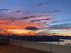 仕事を終え、神戸ベイシャトル乗り場まで来ました。夕焼けが綺麗。