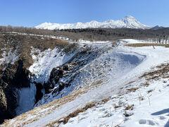 こちらがフレペの滝上部。 知床連山がきれいに見えますね! フレペの滝は上から眺める形で、正面からは見れません。 冬場は凍っていますが、3月には溶け始めて、水が少し流れておりました。