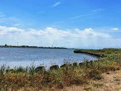 目の前に広がるのは海ではなくて、石狩川。  河口付近は、川幅が広いのね。