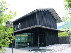 """ここが目指していた『COMICO ART MUSEUM YUFUIN』でした。この和風の渋い建物は、周囲の環境に溶け込むことを最大限考慮された、隈研吾氏の設計による建築物でした。隈研吾さんといえば、昨日、""""東京オリンピック2020"""" の開会式が行われた、木の温もりが感じられるスタジアムも設計されたのでしたね。"""