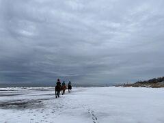 藻琴駅でお迎えに来ていただき、お世話になるのは網走原生牧場観光センターさん。 オホーツク海海岸や雪原の中を乗馬で楽しみます! なかなかに貴重な体験。川の中に入って行ったり、雪の中をズボズボ歩いたり…面白かったです!  藻琴から網走宿泊ホテルまでは、オーナーさんが送迎してくださいました。