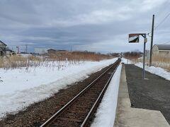 行きに通った道路と並行して走る線路。1本の線路も真っすぐ走ります。
