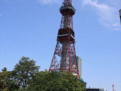 お目当てのランチのお店までてくてく。 大通公園を冷やかして、札幌テレビ塔へ。 鉄塔の下のところには、逆バンジーみたいなアトラクションがありました。