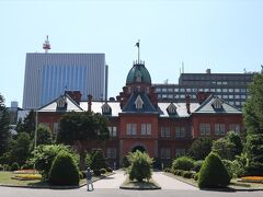 札幌駅北口直通のバスに乗って、駅まで戻ってきました。 チェックインができる時間までまだまだあったので、ぶらっと北海道庁赤れんが庁舎 (旧本庁舎)を訪ねることに。  ここ、内部の見学もできるんでしょうかね??? 私は外観のみ見て回りました。