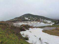 白根山の向かいにある弓池は凍ってるのかな?周辺も雪がまだこんなに