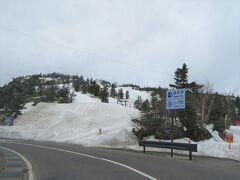 県境にある渋峠は標高2150m スキーヤーが目に入りました