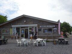 オタトマリ沼の前にありますレストハウスで休憩を兼ねて買物タイムです
