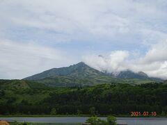 利尻富士の頂上が雲で隠れたり見えたりの連続で、場所によると綺麗に見えもしました
