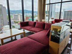 今回、お世話になったホテル「カンデオホテルズ広島八丁堀」。 ANAのダイナミックパッケージで予約しました。  八丁堀の電停から徒歩で2、3分位。 13階がフロント、14階にスパ(大浴場)があります。 3階から9階が客室です。 チェックインは15時。 荷物を預かって貰いました。