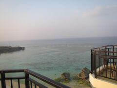 旅の6日目午前8時 ホテル日航アリビラのラナイ(テラス)から眺める東シナ海。 これから潜りに行くと思うとウキウキわくわく。