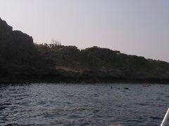 青の洞窟で有名な真栄田岬にやってきました。 2月なのにシュノーケリングしている人もけっこういました。