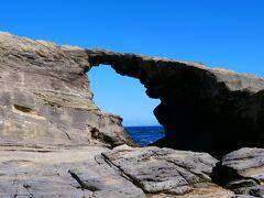 15:25 小さな穴の横に、「馬の背洞門」発見!